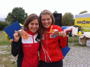 Bettina - Athletin und Jana - Vereinskollgin strahlend mit ihren Langdistanzmedaillien